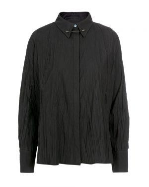 חולצה שחורה מקומטת אלמנט סיכה